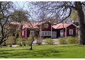 Domki Szwedów są przeurocze, czesto malowane na kolor czerwony i z elementami drewnianymi w konstrukcji, zawsze otoczone zielenią.