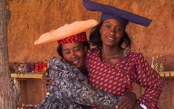 Kobiety Herero sprzedają na przydrożnych straganach swoje wyroby
