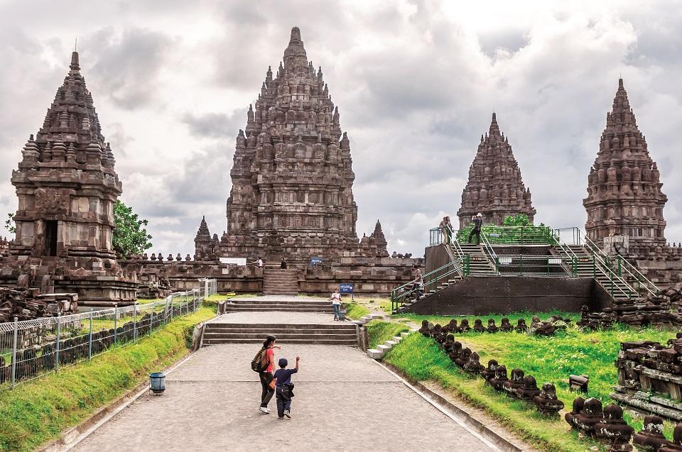 Opuszczone świątynie Prambanan przez kilkaset lat porastała dżungla.
